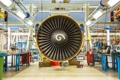 引擎的维护在巨大的工业大厅里 免版税库存照片