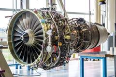 引擎的维护在巨大的工业大厅里 库存照片