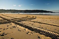 引擎轮胎在一个沙滩的踪影轨道在hendaye 库存照片