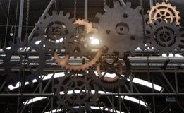 引擎齿轮机器零件轮子和阳光作用 免版税库存照片
