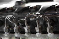 引擎从泵浦的燃料管管到繁多线,车机器设备,修理在车库的机器工作 库存图片