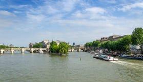 援引海岛和新桥桥梁在巴黎的中心 库存照片