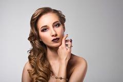 引诱的背景黑色别致的黑暗的夜间方式魅力头发光嘴唇长的豪华做构成模型纵向红色s地点佩带妇女的平直的样式 库存图片