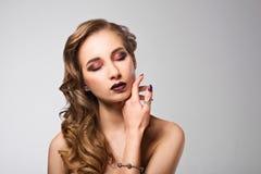 引诱的背景黑色别致的黑暗的夜间方式魅力头发光嘴唇长的豪华做构成模型纵向红色s地点佩带妇女的平直的样式 免版税库存照片