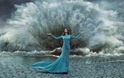 引诱,在sand&water风暴的端庄的妇女 库存照片