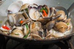 引起与咖喱酱的油煎的搪瓷金星壳 免版税库存照片