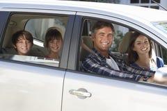 引起在汽车旅途上的家庭 免版税库存图片