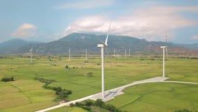 引起干净的可再造能源鸟瞰图的风力涡轮 在绿色农业领域的风车涡轮在蓝色 股票视频