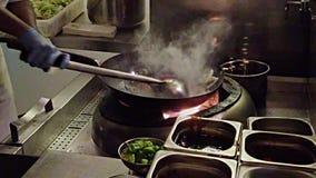 引起油炸物慢动作3 -抛和flambe成份 影视素材
