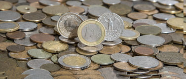 弗兰克、欧元和美元在许多老硬币背景  免版税库存图片