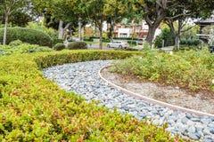 贝弗利庭院停放尼斯被整理的灌木、花和石头在房子,前院前面 设计高例证横向计划图表分解力 库存图片