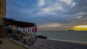弗利辛恩,西兰省,荷兰/荷兰- 2017年10月:在海滩附近的现代餐馆在黎明 库存图片