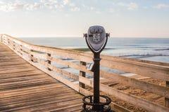 弗吉尼亚海滩渔码头观光的双筒望远镜 免版税库存照片