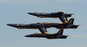 弗吉尼亚海滩, VA - 5月17日:在F-18大黄蜂飞机的美国海军蓝色天使在VA海滩的飞行表演惯例, 2010年5月17日的VA执行。 图库摄影