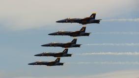 弗吉尼亚海滩, VA - 5月17日:在F-18大黄蜂飞机的美国海军蓝色天使在VA海滩的飞行表演惯例, 2010年5月17日的VA执行。 免版税库存照片