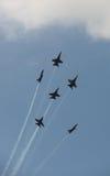 弗吉尼亚海滩, VA - 5月17日:在F-18大黄蜂飞机的美国海军蓝色天使在VA海滩的飞行表演惯例, 2010年5月17日的VA执行。 免版税图库摄影