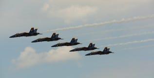 弗吉尼亚海滩, VA - 5月17日:在F-18大黄蜂飞机的美国海军蓝色天使在VA海滩的飞行表演惯例, 2010年5月17日的VA执行。 库存照片