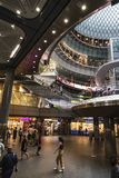 弗尔顿与商店的街驻地和人们在曼哈顿在纽约,美国 免版税库存照片