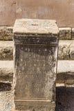 以弗所,土耳其考古学站点  专栏的依据与题字的在罗马集市 免版税库存图片