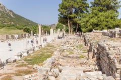 以弗所,土耳其考古学站点  端起导致从口岸的街道剧院 免版税库存照片