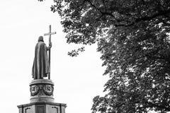弗拉基米尔一世・斯维亚托斯拉维奇雕象在基辅,乌克兰,在黑白的后面看法 免版税库存照片
