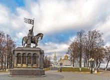 弗拉基米尔,俄罗斯- 11月05 2015年 对圣费多尔王子的弗拉基米尔和纪念碑以假定大教堂为背景 免版税库存图片