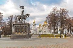 弗拉基米尔,俄罗斯- 11月05 2015年 对圣费多尔王子的弗拉基米尔和纪念碑以假定大教堂为背景 库存照片