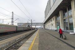 弗拉基米尔,俄罗斯- 11月11 2016年 火车站外面在多云天 库存照片