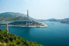 弗拉尼奥・图季曼桥梁和蓝色盐水湖,杜布罗夫尼克,达尔马提亚,Croa 免版税库存照片