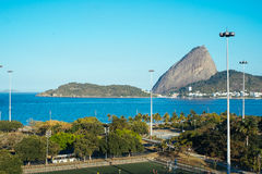 从弗拉门戈队海滩的塔糖视图在里约热内卢 库存照片