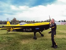 弗朗切斯科Fornabaio在他的展示前检查他的飞机在费斯特 免版税库存照片
