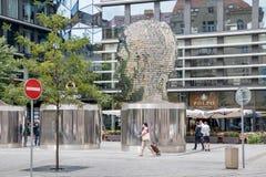 弗朗茨・卡夫卡变形雕塑在布拉格 免版税库存照片