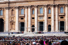 弗朗西斯教皇在罗马,意大利拿着圣皮特圣徒・彼得的广场的将军Audience充满许多香客 免版税库存图片