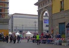 弗朗西斯教皇在那不勒斯 人等待的教皇的到达 免版税库存照片