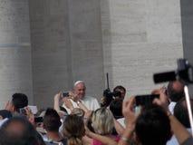 弗朗西斯Greeting People教皇在圣皮特圣徒・彼得的广场 免版税库存照片