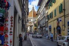 弗洛朗斯,托斯卡纳/意大利- 09 15 2017年:佛罗伦萨都市风景街道有弗洛朗斯中央寺院的在末端 免版税库存图片