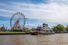 弗累斯大转轮、游乐园和渡轮在Lujan河- Tigre,布宜诺斯艾利斯,阿根廷 免版税库存照片