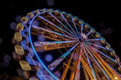弗累斯大转轮在与行动迷离和透镜的晚上飘动 库存照片