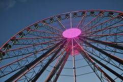 弗累斯大转轮在公园发光在晚上 免版税库存图片