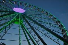 弗累斯大转轮在公园发光在晚上 免版税库存照片