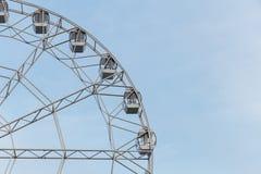 弗累斯大转轮在反对清楚的天空的一个夏日 免版税库存图片