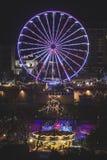 弗累斯大转轮在圣诞节市场上在爱丁堡在晚上 免版税库存照片