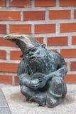 弗罗茨瓦夫变矮小,在人行道的小童话古铜小雕象,弗罗茨瓦夫,波兰 免版税库存照片
