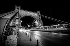 弗罗茨瓦夫桥梁在晚上,火车 免版税库存照片