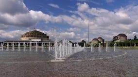 弗罗茨瓦夫百年霍尔和喷泉 库存照片