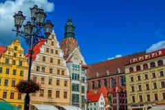 弗罗茨瓦夫老镇集市广场都市风景和圣伊丽莎白教会部分视图  库存照片
