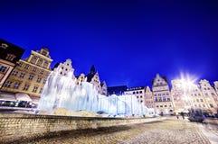 弗罗茨瓦夫,波兰。集市广场和著名喷泉在晚上 免版税库存照片
