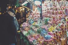 弗罗茨瓦夫,波兰, 2016年11月22日,在圣诞节市场上的糖果商店在弗罗茨瓦夫波兰, 2016年11月22日 库存照片