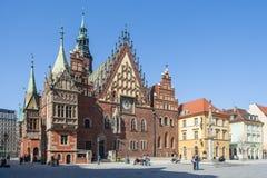 弗罗茨瓦夫,波兰-大约2012年3月:主要市场正方形、pregierz和哥特式城镇厅在弗罗茨瓦夫,波兰 免版税库存图片