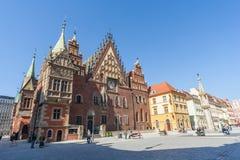 弗罗茨瓦夫,波兰-大约2012年3月:主要市场正方形、pregierz和哥特式城镇厅在弗罗茨瓦夫,波兰 免版税库存照片